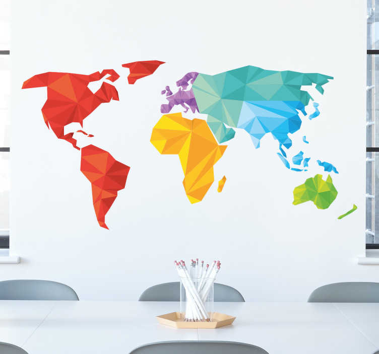 TenStickers. Sticker geometrische wereldkaart. Een geometrische wereldkaart sticker die elke werelddeel in een andere kleur weergeeft. Verkrijgbaar in verschillende afmetingen. +10.000 tevreden klanten.
