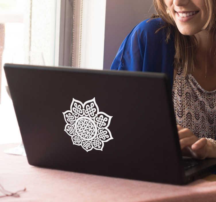 TenStickers. Laptopaufkleber keltisches Mandala. Schöner Laptopaufkleber mit einem keltischen Mandala. Werten Sie Ihren Laptop mit diesem floralen Design auf.