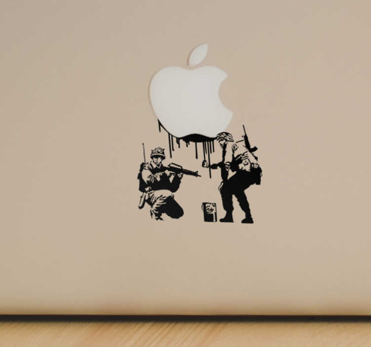 TenStickers. Naklejka na laptopa - Banksy Militaria. Naklejka na laptopa przedstawiająca pracę Banksy gdzie żołnierze malowali znak pokoju, a teraz będą malować logo Twojego komputera.