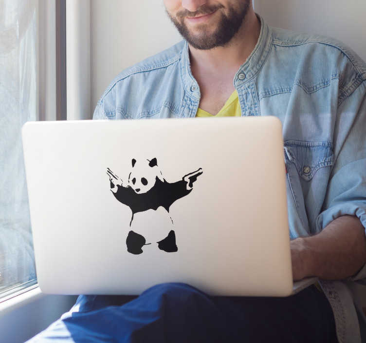 """TenStickers. Banky panda laptop nalepka. Okrasite vaš prenosnik z zasnovo ikonične šablone, ki jo je izvedel znan ulični umetnik. Ta enobarvna prenosna nalepka prikazuje pando, ki ima dve pištoli, ki temelji na stavek """"panda jedo, poganjki in listi""""."""