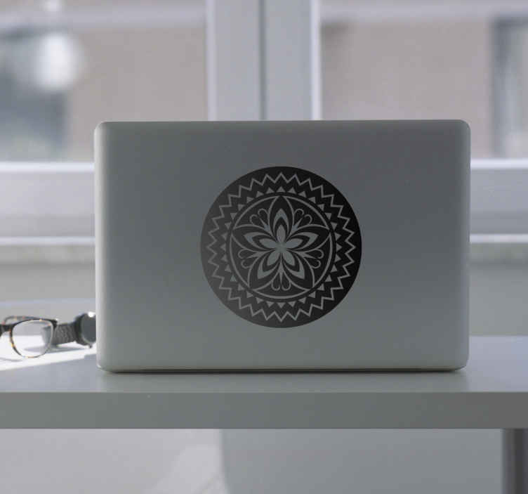 TenStickers. Laptop sticker mandela bloem. Een sticker voor op een laptop van een mandela met daarin een bloem. Deze prachtige paars gekleurde sticker