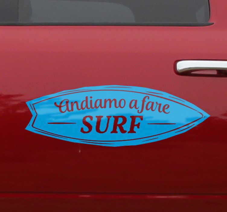 """TenStickers. Adesivo andiamo a fare surf. Adesivo per macchina con la scritta """"andiamo a fare surf"""" all'interno di una tavola."""