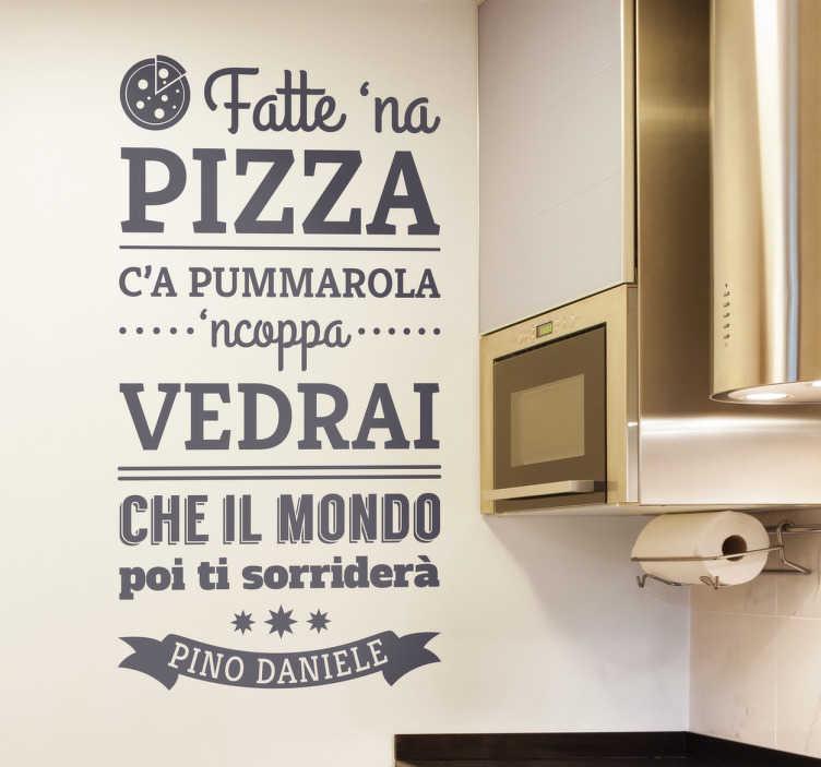 TenStickers. Adesivo fatte na pizza. Grazie a questo favoloso adesivo canzone fatte na pizza di Pino Daniele potrai ricordare a tutti quanto una buona pizza ti può migliorare la giornata!