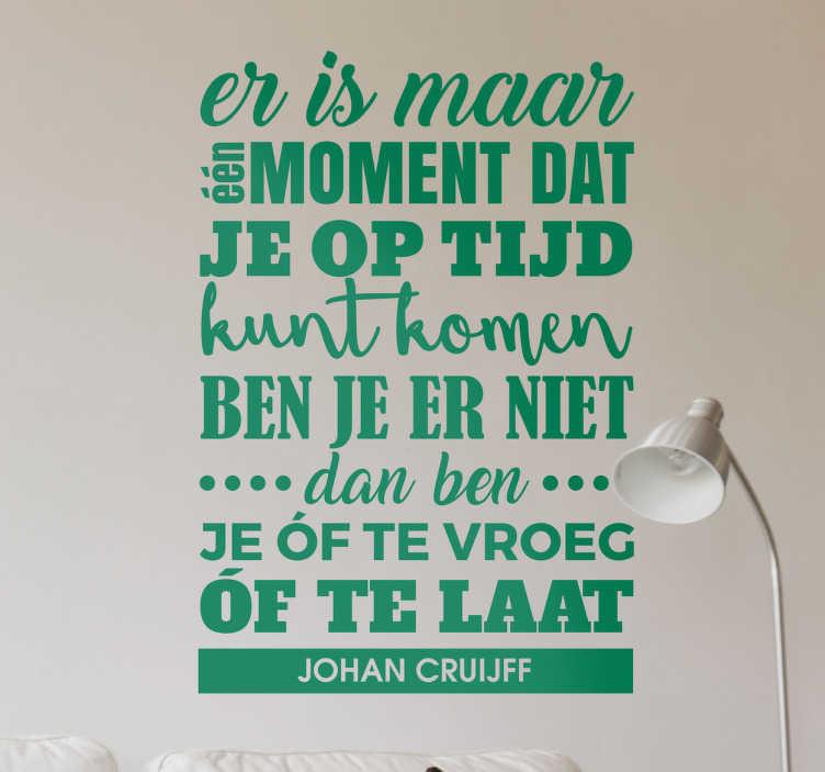 TenStickers. Muursticker Tijd Cruijf. Een sticker van Johan Cruijf, met een prachtige quote van ´Er is maar een moment dat je op tijd kunt komen..