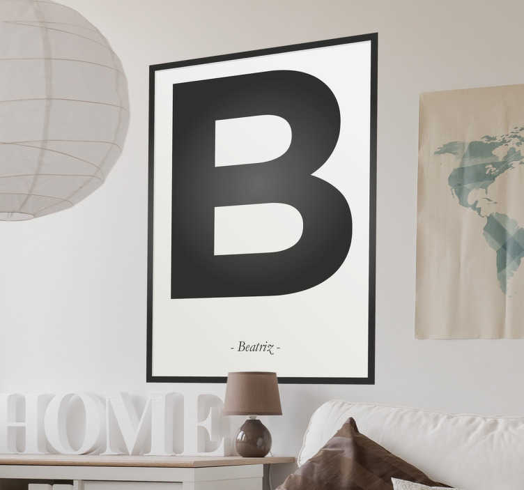 TenVinilo. Cartel vinilo personalizable inicial. Vinilos personalizables con diseño moderno que recrea un póster con marco negro, dentro una letra en tamaño grande y en pequeño un texto.