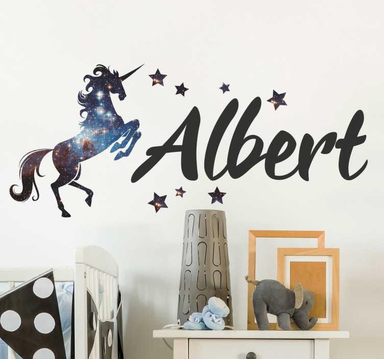TenStickers. Personalizate cosmos unicorn perete autocolant. Personalizat unicorn autocolant de perete cu decor cosmos spațiu înconjurat de stele, din colecția noastră de autocolante de poveste. Acest autocolant uimitor de perete personalizat vă permite să scrieți numele cuiva într-un stil elegant și plasați-l lângă un unicorn magic pentru a personaliza orice cameră din casă.