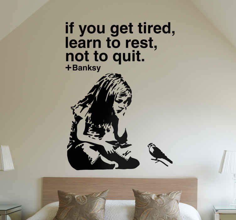 TenStickers. Sticker citation Banksy. Sticker d'une fille assise avec un oiseau et d'une citation du célèbre artiste d'art urbain Banksy « If you get tired, learn to rest, not to quit.»
