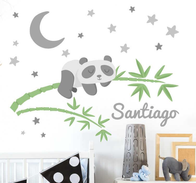 TenStickers. Naklejka na ścianę dla dzieci panda bambus noc. Naklejka dekoracyjna do domu przedstawia śpiącą pandę na gałązce bambusa, w porze nocnej, z wieloma gwiazdami i księżycem dookoła.