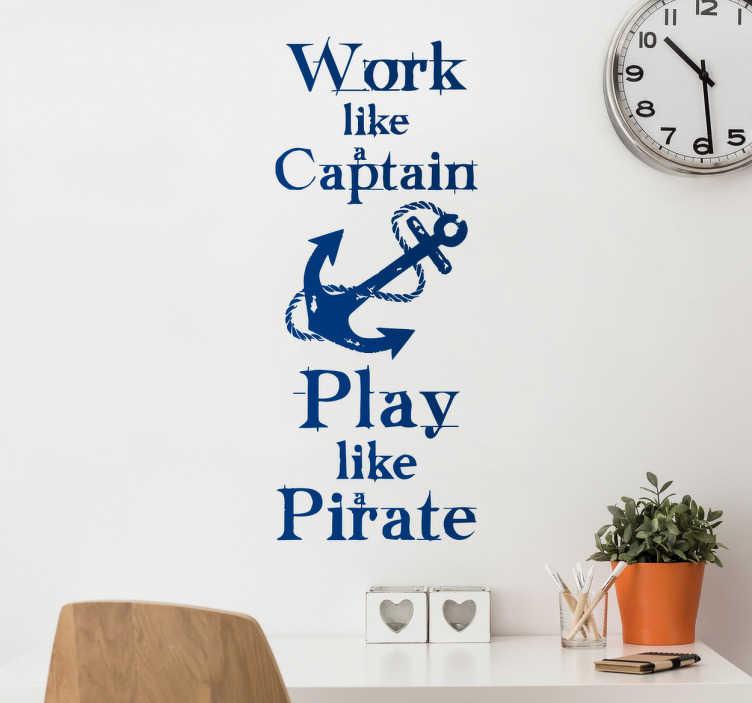 """TenStickers. Naklejka ścienna Play like a Pirate. Naklejka na ścianę z napisem w języku angielskim """"Work like a Captain, Play like a Pirate'', co w języku polskim znaczy: """"Pracuj jak Kapitan, baw się jak Pirat"""" oraz kotwicą pomiędzy napisami."""