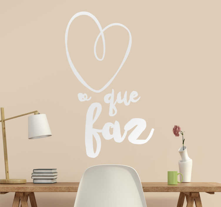 """TenStickers. Vinil ama o que faz. Vinil autocolante com texto """"Ame o que faz """". Decora a tua casa de forma original com este vinil decorativo por um preço incrível."""