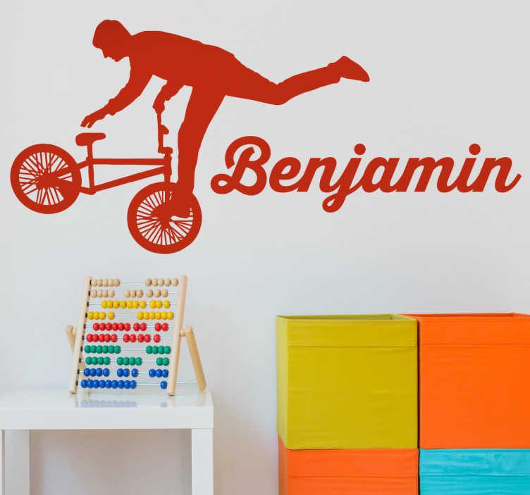 TenStickers. Naamsticker BMX fietser. Muursticker met een mooie bmx fiets en je eigen naam ernaast! Een leuke decoratiesticker voor alle fietsliefhebbers die het liefst de auto of het OV