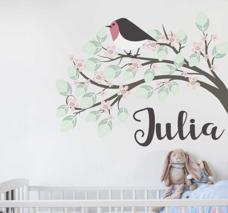 TenVinilo. Vinilo infantil pajarito personalizable. Pegatinas nombre personalizado con el dibujo de una linda ave subida en sobre las ramas de un árbol con hojas en tono pastel.