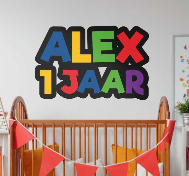 TenStickers. Naamsticker leeftijd. Vier je verjaardag met deze naam sticker. Een vrolijke muursticker met allemaal vrolijke en kleurrijke letters.