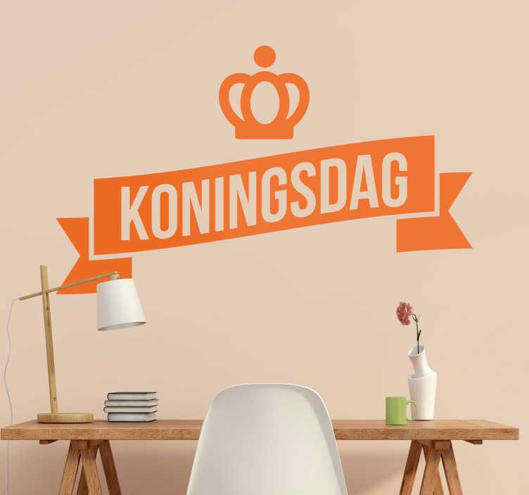 TenStickers. Muursticker koningsdag oranje. Wees goed voorbereid op Koningsdag met deze mooie wanddecoratie sticker met de tekst Koningsdag en een kroon afgebeeld. Eenvoudig aan te brengen.