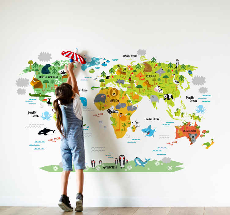 TenStickers. Mapa Świata zwierzęta po angielsku. Winylowa naklejkaz mapą świata w różnych kolorachdla dzieci Na naklejce są różne zwierzęta które można znaleźć dookoła świata Naucz swoje dziecko nazw kontynentów oraz zwierząt które można tam napotkać w języku angielskim Łatwa w aplikacji oraz łatwa w odklejaniu
