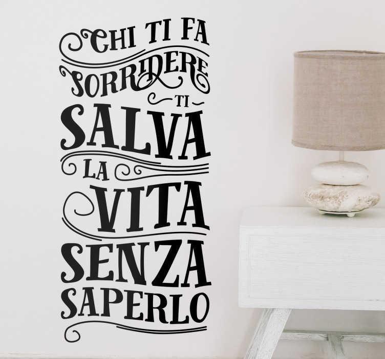 """TenStickers. Adesivi murali frasi sorridere. Adesivi murali frasi sorridere, raffigurante la scritta """"chi ti fa sorridere ti salva la vita senza saperlo"""", ottima per rallegrare la giornata."""