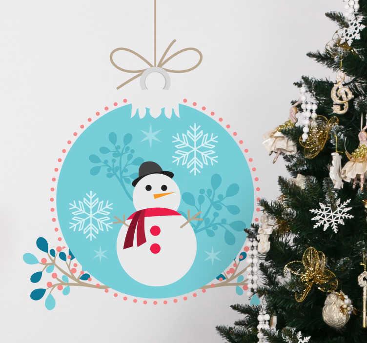 TenStickers. Autocolante decorativo boneco de neve. Autocolante decorativo com a temática do natal. Este sticker decorativo está ilustrado com um boneco de neve e uma bola de natal de tons azuis.