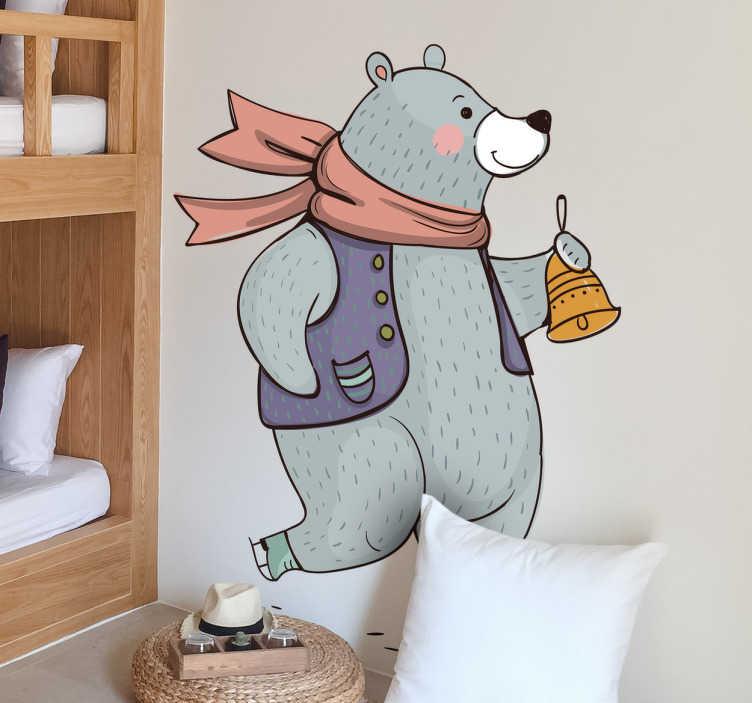 TenStickers. Raamsticker beer met sjaal kerst. Fraaie raamsticker van een grijze beer met een sjaal en een bel. Speelse raamdecoratie voor met kerst. Kerstdecoratie voor op de ramen.