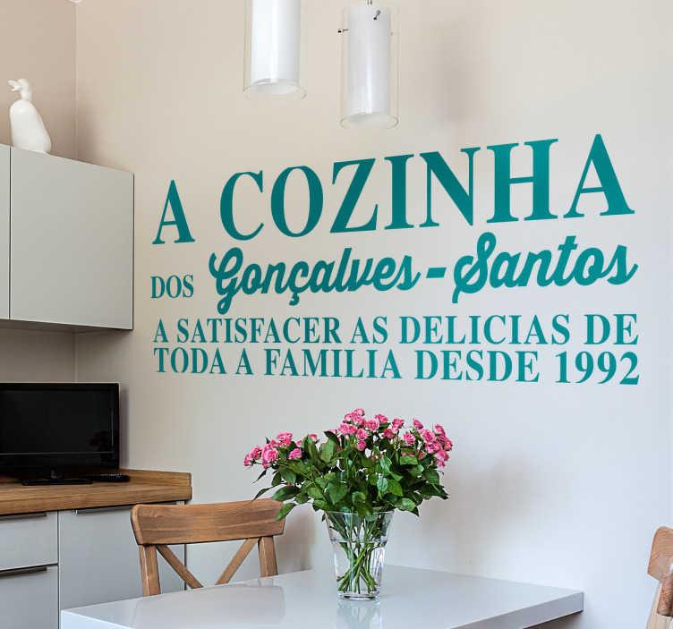 TenStickers. Autocolante decorativo cozinha familia. Autocolante decorativo para a decoração da cozinha! Dê um pequeno toque de originalidade na decoração de interiores da sua casa.