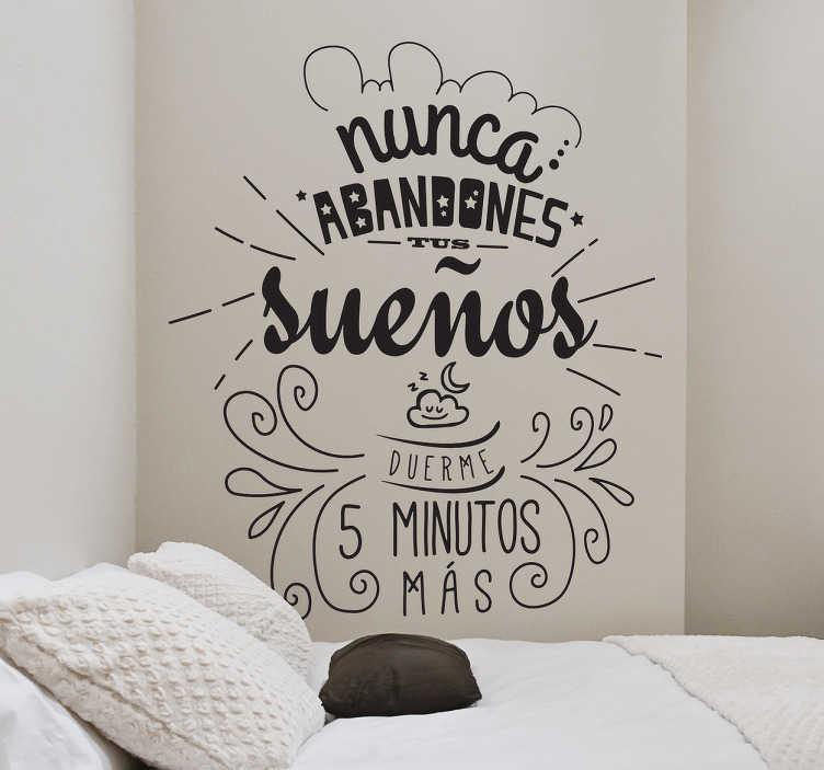 """TenVinilo. Vinilo divertido dormir más. Vinilo decorativo con el texto """"Nunca abandones tus sueños, duerme 5 minutos más"""", un mensaje ocurrente para decorar las paredes."""