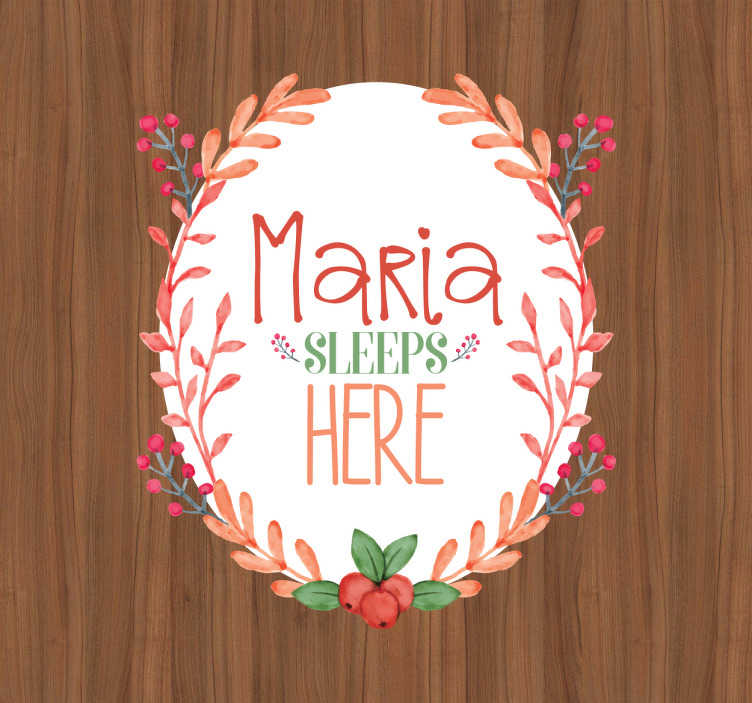 TenStickers. Deursticker naam sleeps here. Een leuke naamsticker met bloemen, bladeren en bessenm voor op de deur van de kinderkamer. Personaliseerbaar met een naam naar keus. Snelle klantenservice.