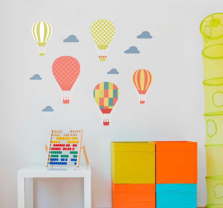 TenStickers. Stickers adesivi mongolfiere. Adesivi murali raffiguranti mongolfiere che volano attraverso le nuvole. Decora la stanza dei tuoi figli in modo unico e originale con questo adesivo