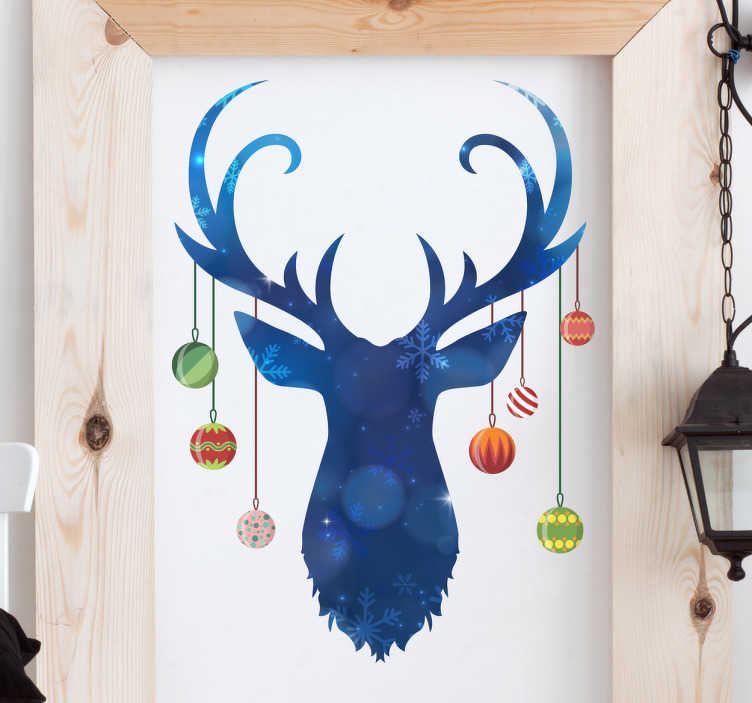 TenStickers. Wandtattoo Rentier mit Kristbaumkugeln. Schönes Wandtattoo mit dem Kopf eines Rentiers an dessen Geweih bunte Kristbaumkugeln hängen.