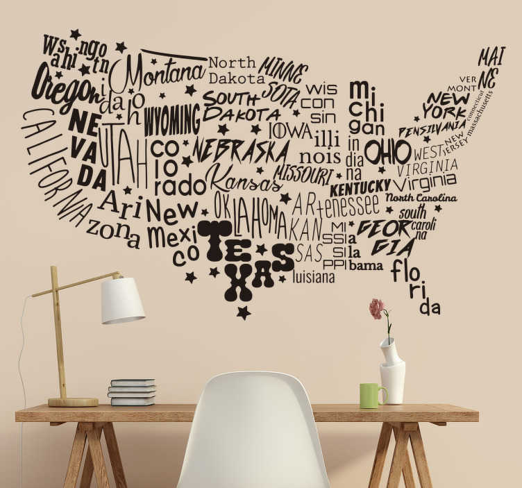 TenStickers. Muursticker tekst landkaart USA. De Amerikaanse kaart bestaande uit de namen van de verschillende staten. Leerzame muursticker landkaart met een prachtig uiterlijk en karakter.