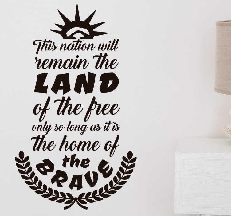 TenStickers. Muurtekst land of the free. Muursticker ontworpen voor liefhebbers van de Amerikaanse cultuur en geschiedenis die hun huis met een origineel ontwerp willen decoreren.