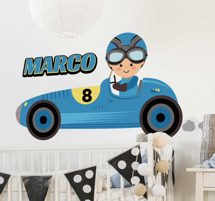 TenStickers. Wandtattoo Kind Rennfahrer personalisierbar. Süßes individuell gestaltbares Wandtattoo mit einem Rennfahre als Kind in einem alten Formel 1 Wagen.