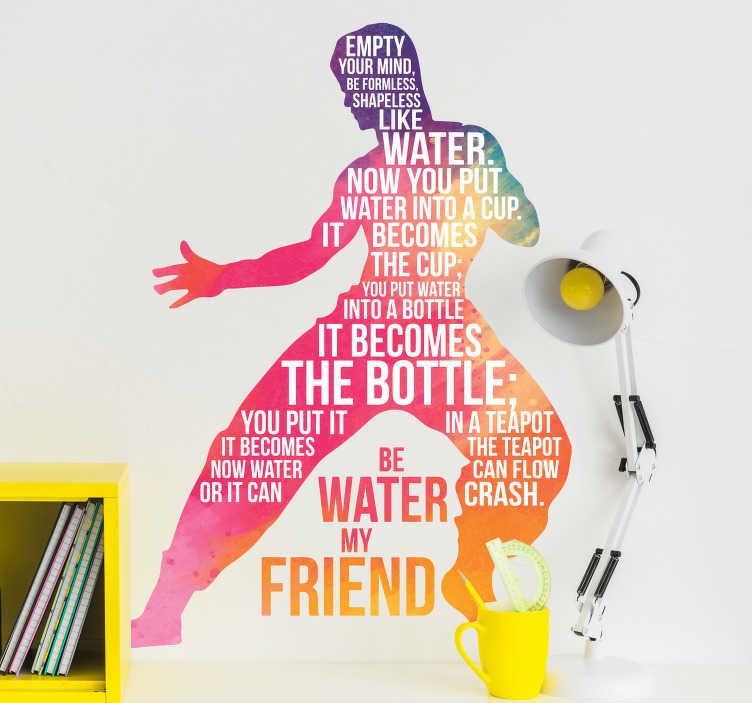 """TenStickers. Muurtekst silhouet Bruce Lee. Muursticker met een bekende tekst van martial arts meester Bruce Lee """"Wees water mijn vriend"""". Filosofisch muurtekst met een origineel ontwerp."""