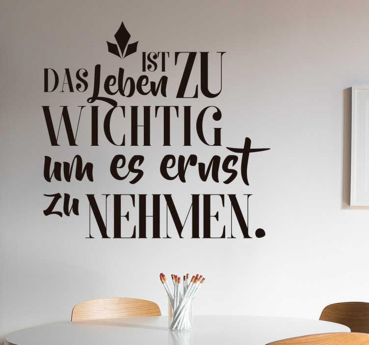 TenStickers. Wandtattoo Zitat Leben ist zu wichtig Oscar Wilde. Schönes Wandtattoo mit einem Zitat von Oscar Wilde. Tolle Dekorationsidee für das Wohnzimmer.