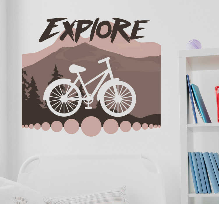 TenStickers. Muursticker fiets bergen explore. Muursticker voor fietsers en bergbeklimmers, en liefhebbers van de natuur. Wanddecoratie van een bergachtig landschap en het profiel van een fiets.