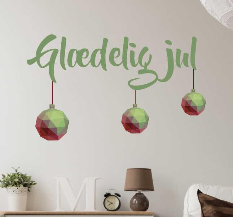 TenStickers. Glædelig jul wallsticker. Glædelig jul wallsticker på dansk. Sticker med motiver af julekugler og flot skrift med en klassisker grønne julefarve.