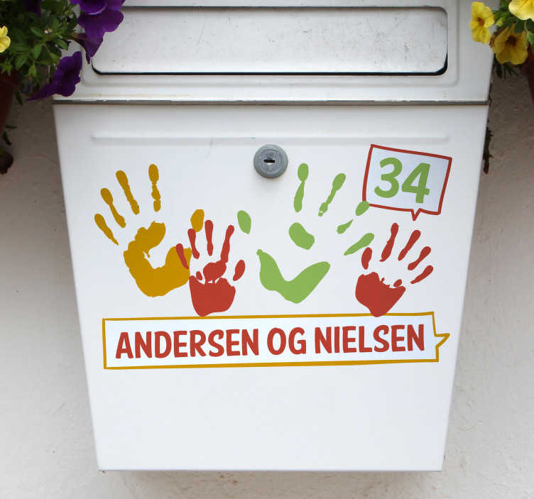 TenStickers. Familie postkasse klistermærke. Dekorer din postkasse med denne flotte sticker af aftryk fra hænder. Tilføj dit navn/navne og husnummer, for et få dit personlige design.