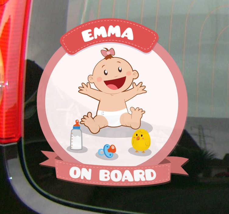 TenStickers. Naamsticker baby aan boord meisje. Deze schattige baby aan boord sticker is perfect voor een klein meisje. Verander uw auto in een echte baby wagen met deze autosticker.