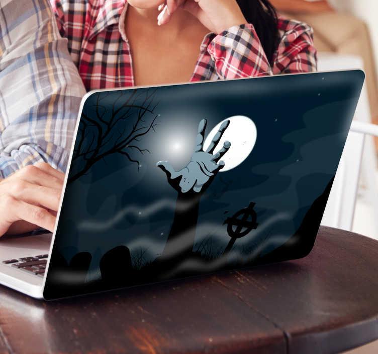 TenStickers. Laptopsticker levende doden. Bedek de laptop cover met een decoratieve sticker waarop een hand uit de grond komt in een kerkhof. Laptop skin met een angstaanjagend aspect.