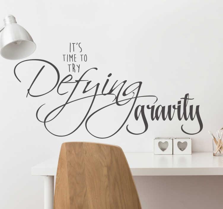 TenStickers. Autocolante de parede frase desafiadora. Autocolante de parede com frase desafiadora ''it's time to try defying gravity'', traduzindo para português ''está na hora de desafiar a gravidade''.