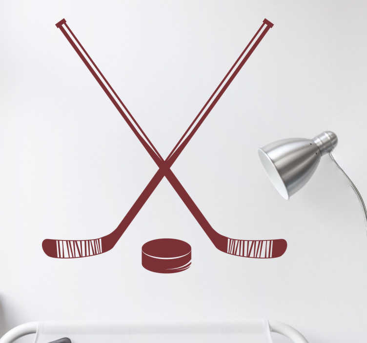 TenStickers. naklejka kije hokejowe. Naklejka na ścianę wykonana z winylu przedstawiająca dwa kije hokejowe oraz krążek do hokeja. Idealna dla zapalonych fanów hokeju.