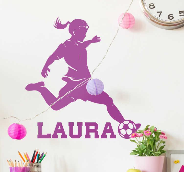 TenStickers. Personlig fodbold pige klistermærke. Personlig fodbold pige klistermærke. Dekorativ wallsticker er pige som spiller fodbold, motiv sparker til bolden. Ideel til sportspiger.