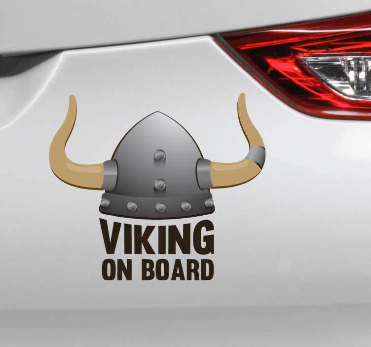 TenStickers. Sticker viking on board. Décorez votre voiture avec notre sticker bébé à bord avec l'inscription viking on board. Il représente un casque de viking gris avec des cornes.