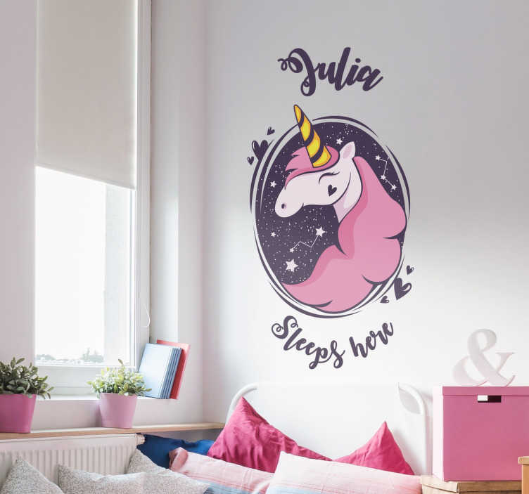 """TenStickers. Wandtattoo Einhorn Englisch. Süßes Wandtattoo mit personalisierbaren Namen und einem Einhorn mit der Aufschrift """"XY Sleeps here"""".  Schöne Dekorationsidee für das Kinderzimmer."""
