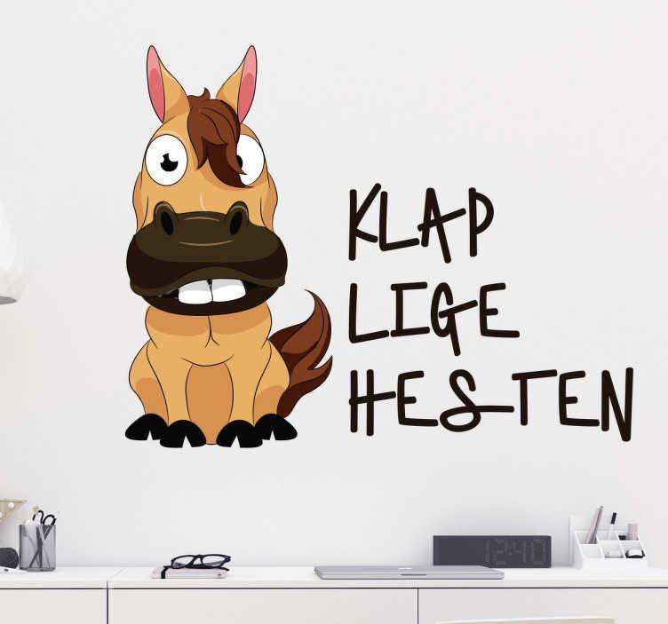 """TenStickers. Klap lige hesten klistermærke. Klassisk dansk ordsprog """"Klap lige hesten"""", om man skal tage det med ro. Sjov sticker med motiv af hest og med citatet ved siden af."""