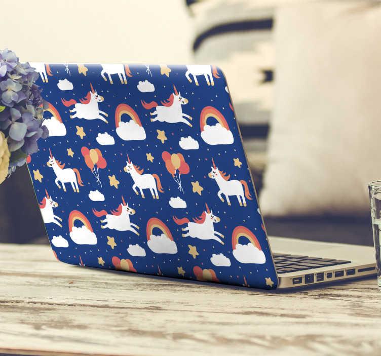 TenStickers. Autocolante decorativo unicórnios para portátil. Um padrão juvenil com uma combinação de unicórnios, nuvens com arco-íris, estrelas e balões num fundo azul escuro.