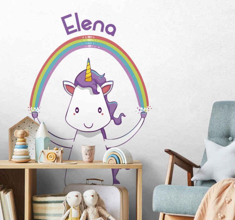 TenStickers. Muursticker naam eenhoorn regenboog. Gepersonaliseerde naamsticker met de tekening van een schattige eenhoorn, de favoriet van uw dochter, die een regenboog vasthoudt.