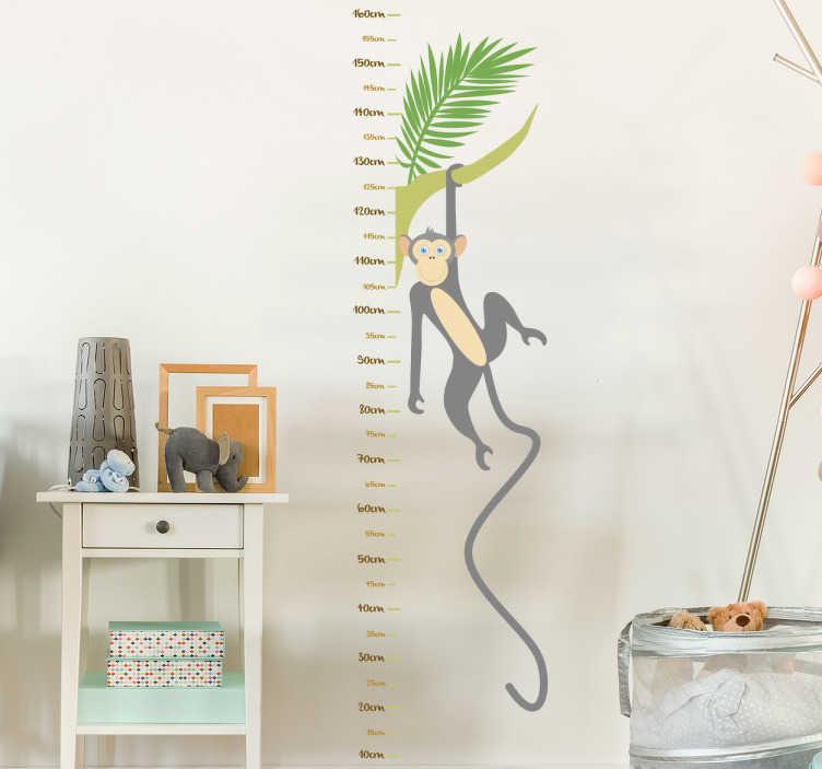 TenStickers. Groeimeter muursticker aap tak. Zelfklevende muursticker die dient als meetlat voor de kamer van de jongste van het huis met de tekening van een aap die aan een tak hangt.