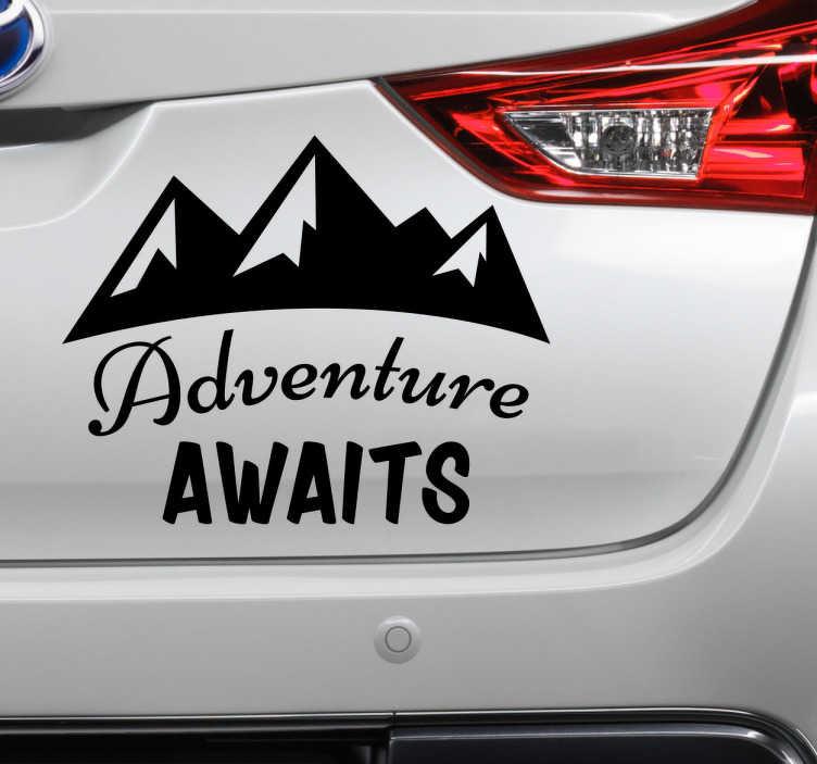 """TenStickers. Autosticker adventure awaits. Fraaie autosticker voor avonturiers, natuurliefhebbers en verstokte reizigers met het silhouet van bergen en de Engelse tekst """"Adventure awaits""""."""