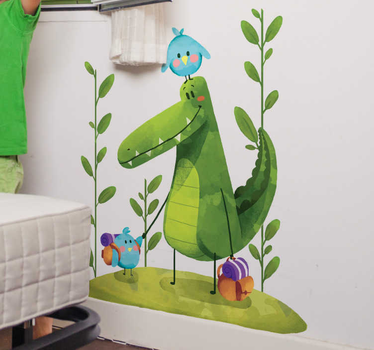 TenStickers. Muursticker vriendjes van de krokodil. Goedkope muursticker van bewezen kwaliteit, met een kleurrijke en een krokodil of alligator vergezeld van twee blauwe vogels.