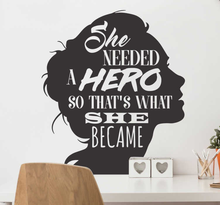 """TenStickers. Muursticker feminisme heldin. Muursticker met de inspirerende tekst """"She needed a hero so that's what she became"""". Kleur en afmetingen aanpasbaar. Eenvoudig aan te brengen."""