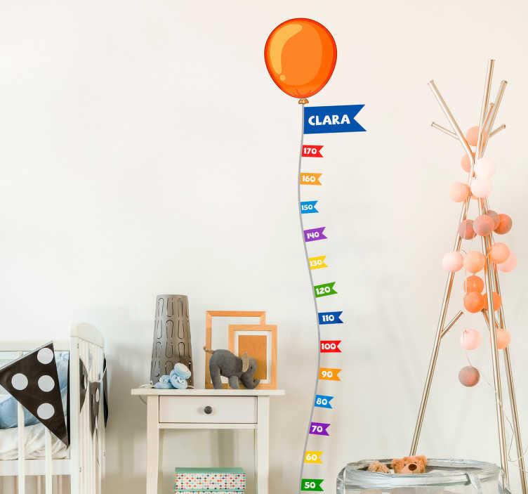 TenStickers. Muursticker groeimeter ballon. Een muursticker van een groeimeter met een ballon dat individueel kan worden ontworpen met de naam van het kind.